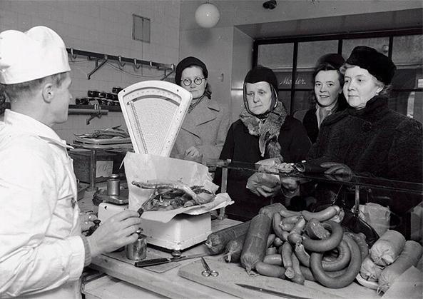 Naisia kaupan lihatiskillä