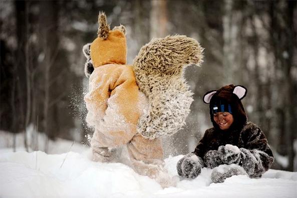 Lapset leikkivät lumessa