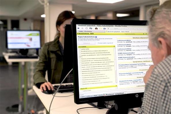 Asiakkaita työvoimatoimiston tietokoneilla