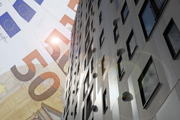 50 euron seteli ja korkea rakennus