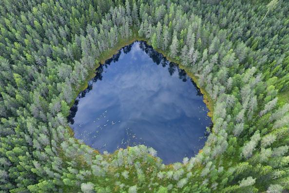 Sydämenmuotoinen järvi ylhäältä päin kuvattuna
