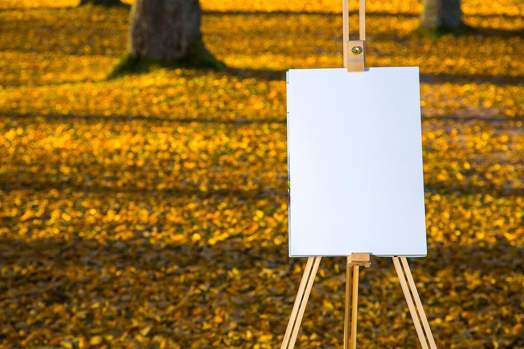 Tyhjä maalausteline puistossa